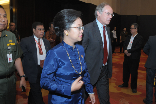 Prof. Hans Clevers with Minister Alisjahbana